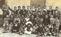 2. Lorca en su colegio de Fuente Vaqueros . Él está en medio con un gorro blanco