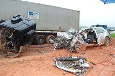 Acidente entre carro e caminhão deixa motorista gravemente ferido em Gaspar