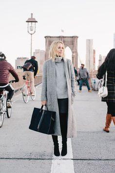 a4bdef51c60b outfits frauen, jeans in kombination mit grauem pulli und langen schwarzen  stiefeln