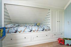 Garderobe fra Brubakken Home Attic Bed, Attic Rooms, Attic Spaces, Upstairs Loft, Upstairs Bedroom, Kids Bedroom, Bed Nook, Big Boy Bedrooms, Built In Bed