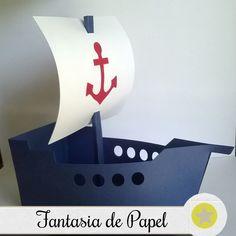 Centro de Mesa no tema barco/navio de marinheiro confeccionados em papel 180g.  O valor é referente a unidade.  A quantidade mínima para venda é de 20 unidades.  O barco possui 15,5 cm de comprimento (casco na lateral) 8 cm de largura (na parte de trás na parte inferior), 9,4 cm (na parte de trás... Boat Crafts, Diy And Crafts, Paper Crafts, Jolly Roger, Nautical Baby, Box Packaging, Preschool Crafts, Scrapbook Paper, Ideas Para
