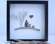 Galet art photo de famille de trois et un chat, cadeau unique de la famille, cadeau de fête des pères, anniversaire, oeuvre d'art de famille personnalisé, galet art.