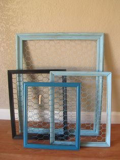 Neat way to display photos or could work to hang daily specials etc - My-House-My-Home Chicken Wire Crafts, Chicken Wire Frame, Wire Picture Frames, Do It Yourself Furniture, Photo Displays, Display Photos, Empty Frames, Jewellery Display, Hang Jewelry