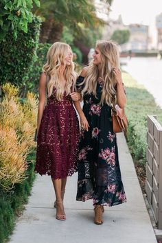 zwei Freudinnen, die zu einer Hochzeit im Sommer gehen, Kleider Hochzeitsgäste