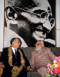Daisaku Ikeda With Gandhian disciple B. N. Pande, vice chairman of Gandhi Smriti and Darshan Samiti (New Delhi, February 1992)