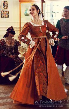 Late century costume for women Lucrezia Borgia style medieval gown ! Renaissance Mode, Italian Renaissance Dress, Costume Renaissance, Medieval Gown, Medieval Costume, Renaissance Clothing, Renaissance Fashion, 1500s Fashion, Victorian Fashion