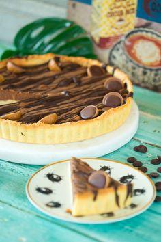 Ismeritek a mondást: Toffifee-ből és pitéből sosem elég! Most pedig egy brutál mogyorós, nugátkrémes, csokis pitéről beszélgetünk, aminek a töltelékébe és a tetejére is került egy kis extra finomság. Csekkoljátok Nóri receptjét, aztán gyúrjátok is be a pitetésztát! :) No Bake Cake, Tiramisu, Waffles, Cake Decorating, Bakery, Pie, Sweets, Snacks, Cooking