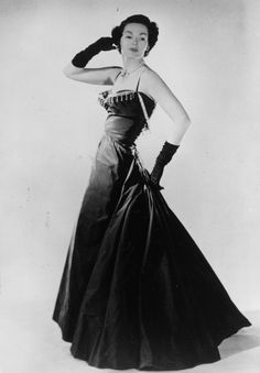 Christian Dior 1947 http://www.vogue.es/moda/news/articulos/christian-dior-expone-su-legado-fotografico-en-una-exposicion/19416