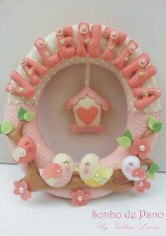 Guirlanda para porta de maternidade ou quartinho do beb� em feltro e tecido com o tema passarinhos <br>Cores � escolha do cliente. Personalizada com o nome do Beb�. <br>Outros modelos dispon�veis. <br>35 cm de di�metro