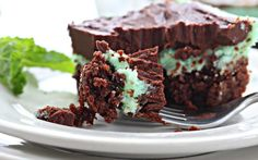 Kick your brownies up a notch with these rich chocolate brownies topped with mint frosting! This Brownie Recipe is always a growd pleaser. Oreo Dessert Recipes, No Cook Desserts, Cookie Desserts, Holiday Desserts, Brownie Recipes, Cookie Bars, Chocolate Mint Brownies, Chocolate Chip Pie, Bakers Chocolate