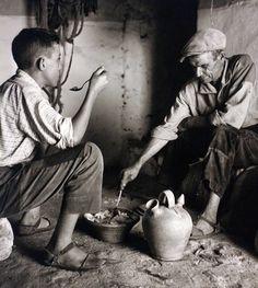Padre e hijo comparten comida en la Puebla de Montalbán, Toledo, 1950 | Francesc Catalá-Roca (1922- 1998).