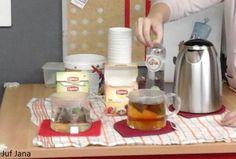 Waterafdeling: we proeven water. We zetten samen thee en proeven fruitwater en bruisend water...
