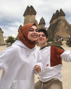 Couple Outfits For Pictures Casual Swag Couples, Cute Muslim Couples, Cute Couples Goals, Couple Goals Relationships, Cute Relationship Goals, Couple Goals Teenagers, Hijab Fashionista, Cute Girl Face, Couple Photography Poses