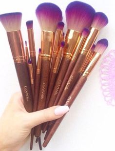 Makeup & Skin Care: The Types of Makeup Brushes you Need to Know Kiss Makeup, Cute Makeup, Pretty Makeup, Makeup Brush Set, Hair Makeup, Makeup Hairstyle, Amazing Makeup, Gorgeous Makeup, Makeup Kit