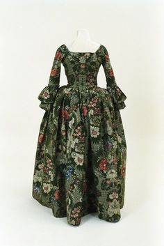 Robe a l'anglaise ca. 1760  From the Bunka Gakuen Costume Museum