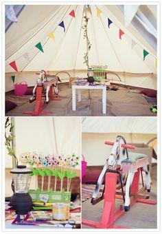 Jeśli jest dobra pogoda, lub mamy do dyspozycji miejsce niedaleko sali weselnej, to można zaaranżować specjalny teren do zabawy dla dzieci np. w postaci namiotu.
