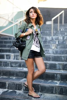 Alexandra Pereira is wearing a black and white T-shirt from Only, black shorts from Bershka, vintage jacket bag from Zara and flip flops from Ipanema