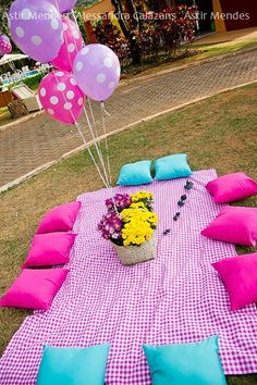 Flowers centrepiece and balloons Backyard Birthday, Picnic Birthday, 2nd Birthday, Picnic Theme, Backyard Bbq, Kids Picnic Parties, Pool Party Kids, Picnic Decorations, Barbie Party