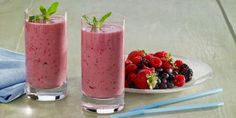 Berry Breakfast Smoothie Recipe - a dairy free smoothie with berries and vegan protein powder Healthy Juice Recipes, Healthy Juices, Healthy Food, Yogurt Smoothies, Yummy Smoothies, Smoothie Au Matcha, Healthy Milkshake, Milkshake Recipes, Mixed Berry Smoothie
