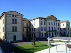La antigua Residencia de niños (Huesca), sede de la Facultad de Empresa y Gestión Pública, y de la Licenciatura de Humanidades, de la Facultad de CC. Humanas y de la Educación