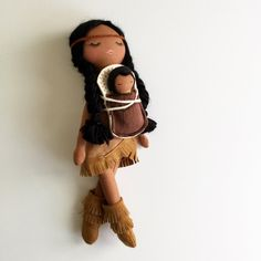 Mend by Ruby Grace design. Baby Pomp and carrier, fringe boots and fringe trimmed dress. Please note there are raw edges in this design. Diy Rag Dolls, Diy Doll, Native American Dolls, Doll Carrier, Mermaid Dolls, Waldorf Dolls, Barbie, Sewing Toys, Fairy Dolls