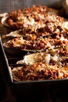Bakłażan zapiekany z mięsem mielonym i ryżem z dodatkiem aromatycznych ziół, skórki cytrynowej jest lekki i pyszny. Sos pomidorowy z winem podkreśla smak.