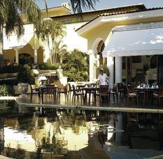У нас много вариантов для ужина: будь то ужин с интерьером прекрасного ресторана Эмильяно или за романтическим столом на открытом воздухе, окруженным водоемом.