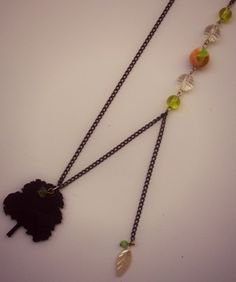 Collar Hojitas de primavera  Materiales: Cadena metálica negra, cuentas plásticas y de vidrio, dije y cuentas acrílicas, dije plástico  Valor $12.000