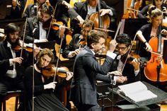 Maestro Lee Mills e naipes de violinos e violoncelos da OSB. (Foto: Cicero Rodrigues) Claude Debussy, Dj, Music Instruments, Concerts, Violin, Photos, Musical Instruments