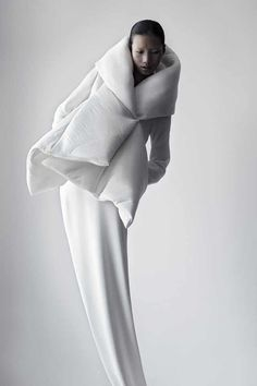 Soft Sculptural Fashion - white jacket design with padded structure; shape & volume // Qiu Hao : Soft Sculptural Fashion - white jacket design with padded structure; Foto Fashion, Fashion Art, Womens Fashion, Fashion Design, Fashion Trends, Berlin Fashion, Cheap Fashion, Fashion Shoot, Trendy Fashion