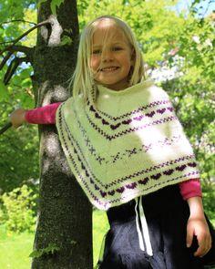Sød strik poncho til små piger. Feminint og enkelt mønster. Strikkes i lama uld efter nem strikkeopskrift.
