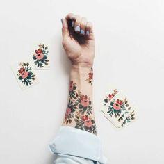 fiori-tattoo-tanti-fiori-colorati-rosa-rosso-foglie-verdi-interno-braccio-polso