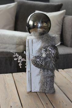 AW67 - Kleine Holzsäule aus altem Holz, thermisch behandelt, weiß gebeizt,dekoriert mit einem Engelsflügel, Kunstfell und Edelstahlkugel! Preis 34,90€