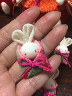 Idea: Bunny in bag Doll Crafts, Yarn Crafts, Fabric Crafts, Needle Felting Tutorials, Textile Fiber Art, Kanzashi, Diy Hair Accessories, Clothes Crafts, Diy Arts And Crafts