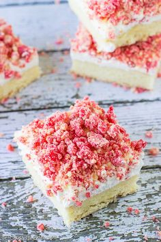 These Strawberry Shortcake Bars are a favorite summer dessert with a out of this world CRUMBLE topping! Strawberry Shortcake Bar Recipe, Strawberry Recipes, Strawberry Brownies, Chocolate Strawberries, Covered Strawberries, Köstliche Desserts, Delicious Desserts, Dessert Recipes, Bar Recipes