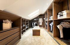 Un grand dressing sous les toits, c'est possible lorsque'on aménage un grenier sous combles.