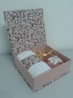 Caixa dia das Mães / Presente Madrinhas Homemade Gift Baskets, Diy And Crafts, Paper Crafts, Gift Wraping, Explosion Box, Diy Ribbon, Soap Making, Diy Gifts, Decoupage