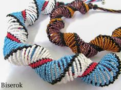 """Spiral staircase"" - the seed bead ""bridges"" are common in Dutch Spiral necklaces. (Translate)  #Seed #Bead #Tutorials"