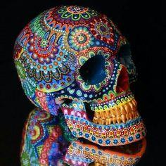 - skull -Bunt - skull - Un cráneo grande que exigimos Sugar Skull Design, Sugar Skull Art, Sugar Skulls, Mexican Skulls, Mexican Art, Skull Painting, Dot Painting, Beaded Skull, Crystal Skull