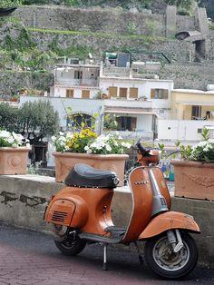 Vespa, Positano, Italia.