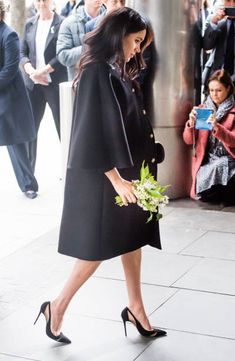 19 March 2018 - Harry and Meghan visit New Zealand House in London to pay their respects after the tragic shooting at two mosques in Christchurch - coat by Gucci, shoes by Aquazurra Meghan Markle Prince Harry, Prince Harry And Megan, Harry And Meghan, Princess Meghan, Princess Power, New Zealand Houses, Kate And Meghan, Meghan Markle Style, Princesa Diana