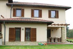 Ablakok fa keretben - homlokzat ötlet, mediterrán stílusban House Colors, Pergola, Outdoor Structures, Architecture, Outdoor Decor, Utca, Home Decor, Colour, House