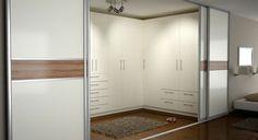 geschlossene Schränke im begehbaren Ankleidezimmer mit Schiebetüren