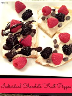individual chocolate fruit pizzas from Lighten Up! - an easy dessert made with store-bought cookie dough! sweet, creamy, perfect for your next party or BBQ! Fruit Pizza Bar, Dessert Pizza, Fruit Pizzas, Confectionery, Easy Desserts, Cookie Dough, Love Food, Sweet Treats, Sweets