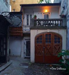 Casa veche in Bucuresti.foto Dana Stefanescu Garage Doors, Paris, Outdoor Decor, Home Decor, Montmartre Paris, Decoration Home, Room Decor, Paris France, Home Interior Design