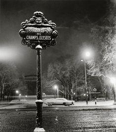 Les Champs-Elysées,Paris, 1949 by Sabine Weiss Sabine Weiss, Robert Doisneau, Vintage Paris, French Vintage, Vintage Photography, Street Photography, Willy Ronis, Berenice Abbott, Modern Photographers