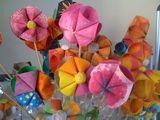 http://manualidades.about.com/od/ecologicas/a/Flores-Con-Tubos-De-Papel-Higienico.htm