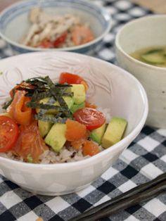 Avocado and smoked salmon rice bowl