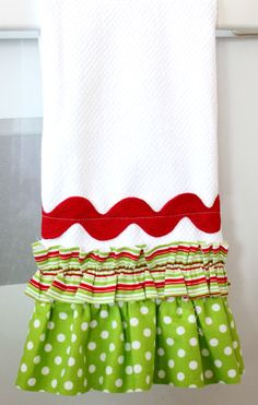 28 Last Minute Handmade Gifts - U Create easy Christmas gift ruffle hand towel - Hand Towels - Ideas of Hand Towels Christmas Tea, Christmas Sewing, Christmas Projects, Simple Christmas, Holiday Crafts, Christmas Towels, Xmas, Handmade Christmas, Craft Gifts