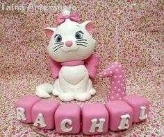 Topo de bolo com vela, cubinhos com nome e base de acrílico de 22cm de diâmetro.
